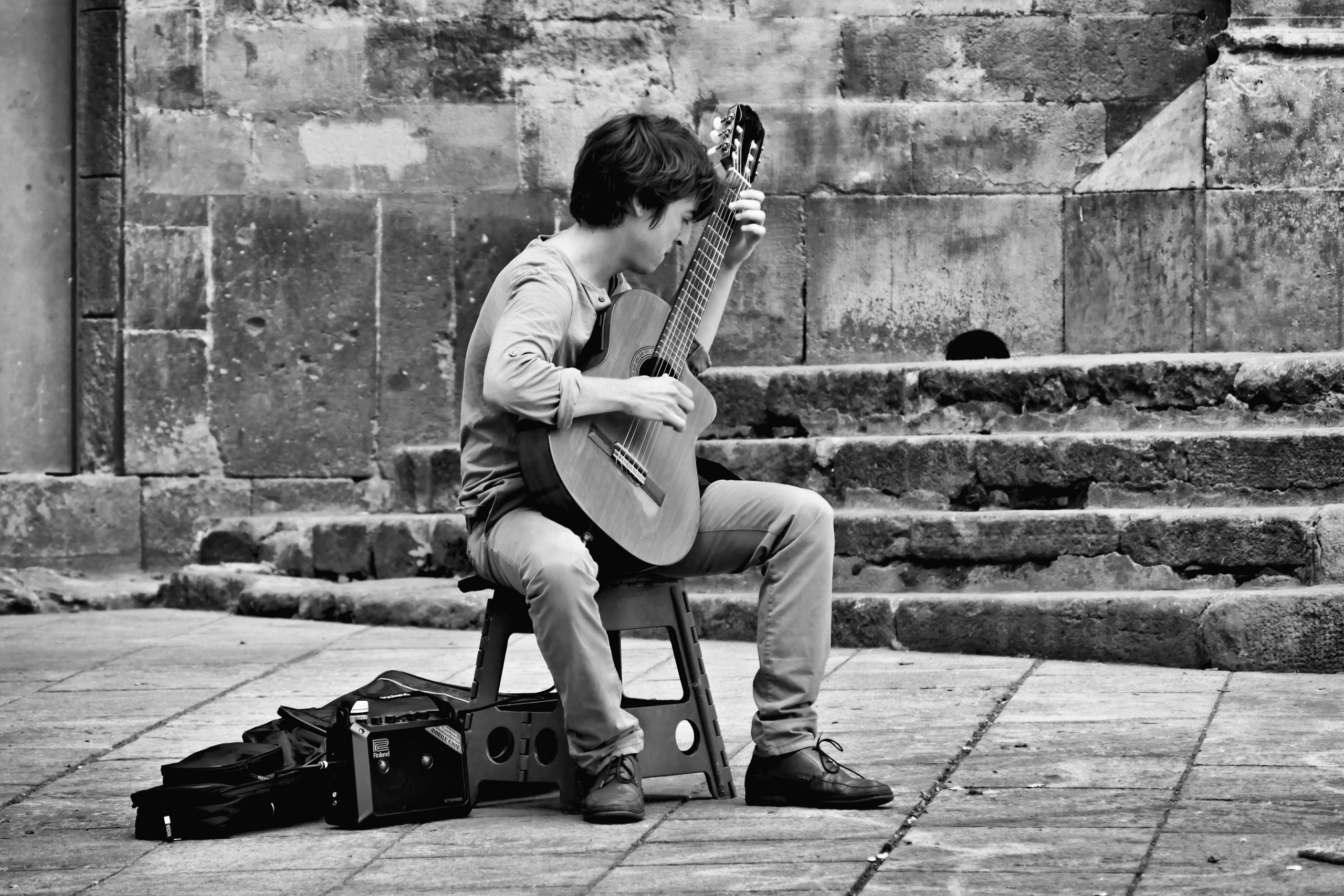 The street: a perfect place to test yourself musically and find new opportunities : play live, find concert dates !